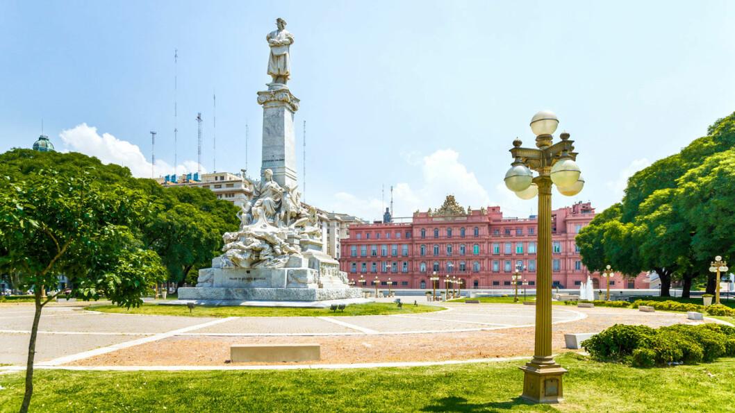 MAIPLASSEN: Plaza de Mayo med Casa Rosada, regjeringsbygget, i bakgrunnen.