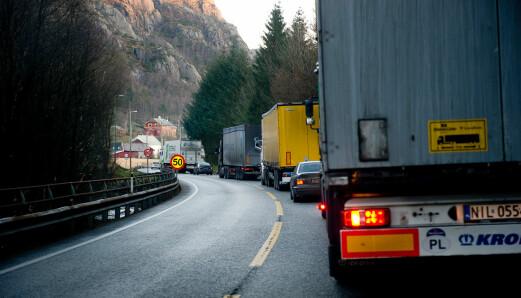Innfører utslippskrav for busser og lastebiler