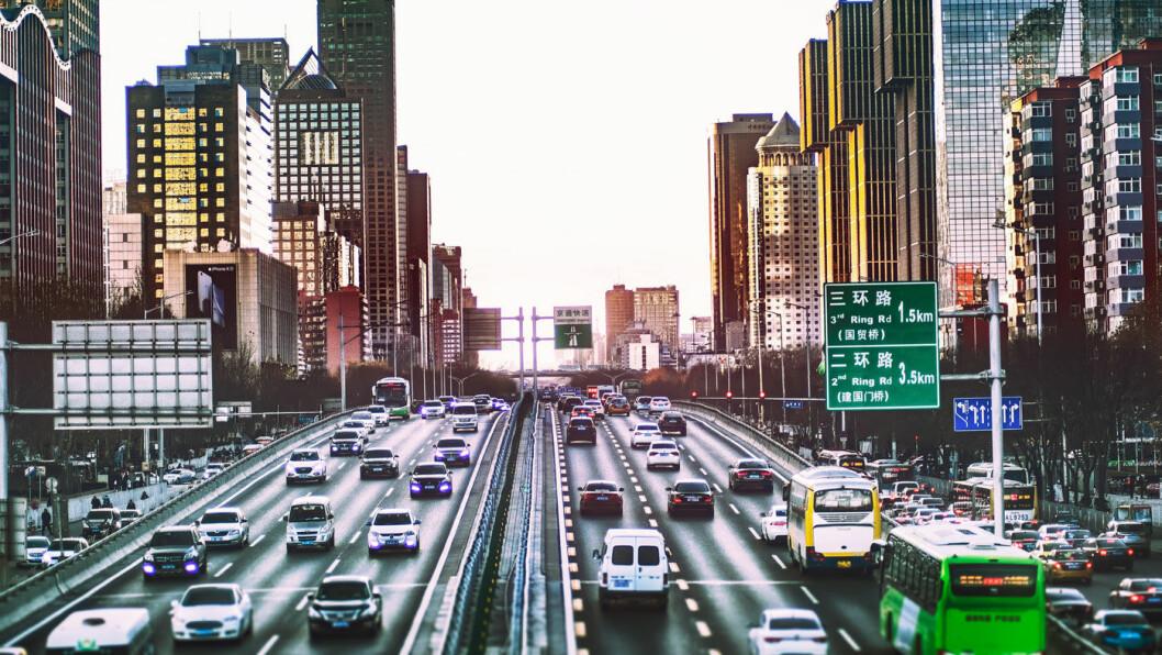 TRANGT OM PLASSEN: Trafikk i Beijing. Foto: Zhang Kaiyv, Unsplash