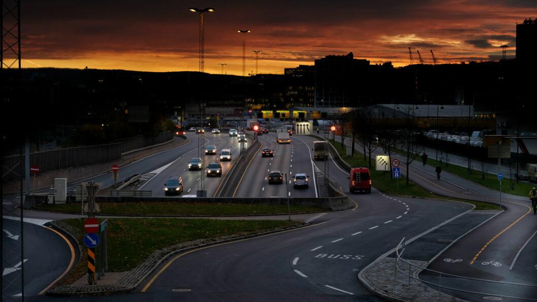 MER STØV: Høye nivåer med svevestøv gjør at miljøfartsgrensen midlertidig gjeninnføres i Oslo, som her på E18 ved Hjortneskaia. Foto: Jon Terje Hellgren Hansen