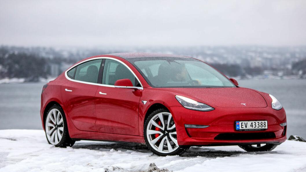 BILLIGERE: Prisen på Tesla Model 3 ble satt over natta, og har nå en innstegspris på 429.800 –og dessuten er en billigmodellen som kan komme ned mot 300.000 kroner i Norge åpnet for bestilling i USA. Foto: Tomm W. Christiansen