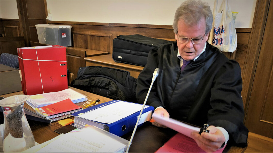 INGEN BILHANDEL: Politiadvokat Nils Vegard fikk et uvanlig spørsmål fra den tiltalte bruktbilselgeren i retten. Men politijuristen kunne avkrefte at han har kjøpt bil av tiltalte. Foto: Geir Røed