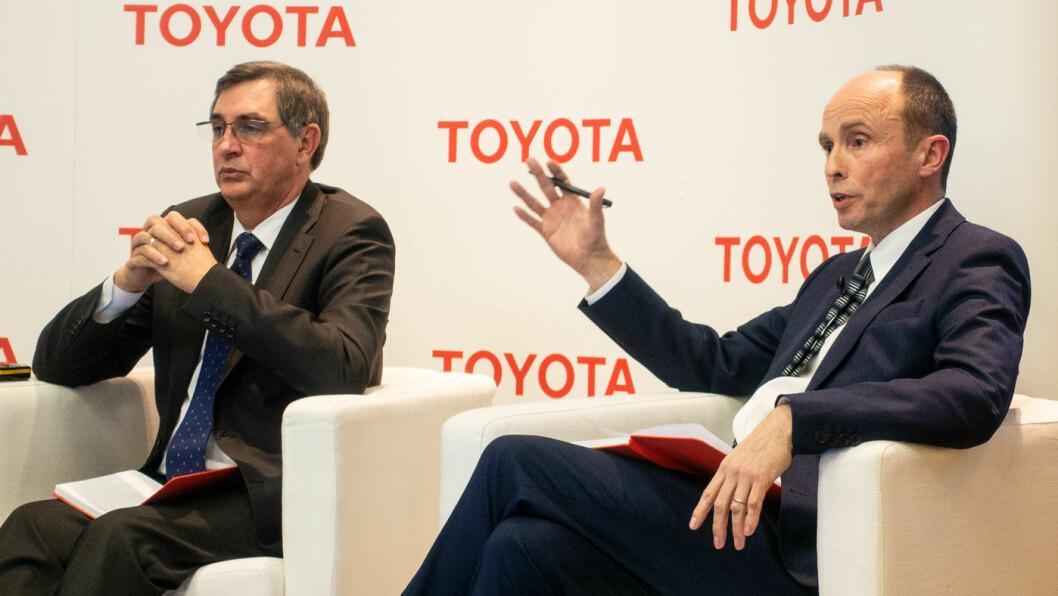BATTERI KOMMER: Beslutningen om Toyotas strategi på helelektriske biler vil være klar om noen måneder, sier Matt Harrison (t.h.), visepresident i Toyota Europa – her med Europa-sjefen Johan van Zyl på en presentasjon i Genève mandag kveld. Foto: Peter Raaum