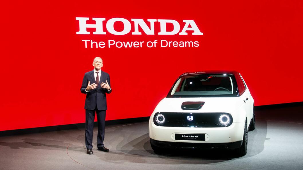 BYBIL: Honda e Prototype ble avduket av Honda-sjefen Tom Gardner på Genève-utstillingen tirsdag.