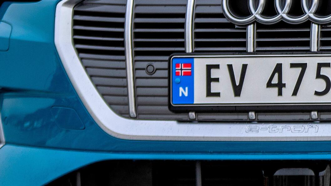 SNART SLUTT: Elbilsalget går så strykende at det snart ikke er flere EV-skilt igjen. Da blir det trolig EB først i registreringsnummeret. Foto: Tomm W. Christiansen