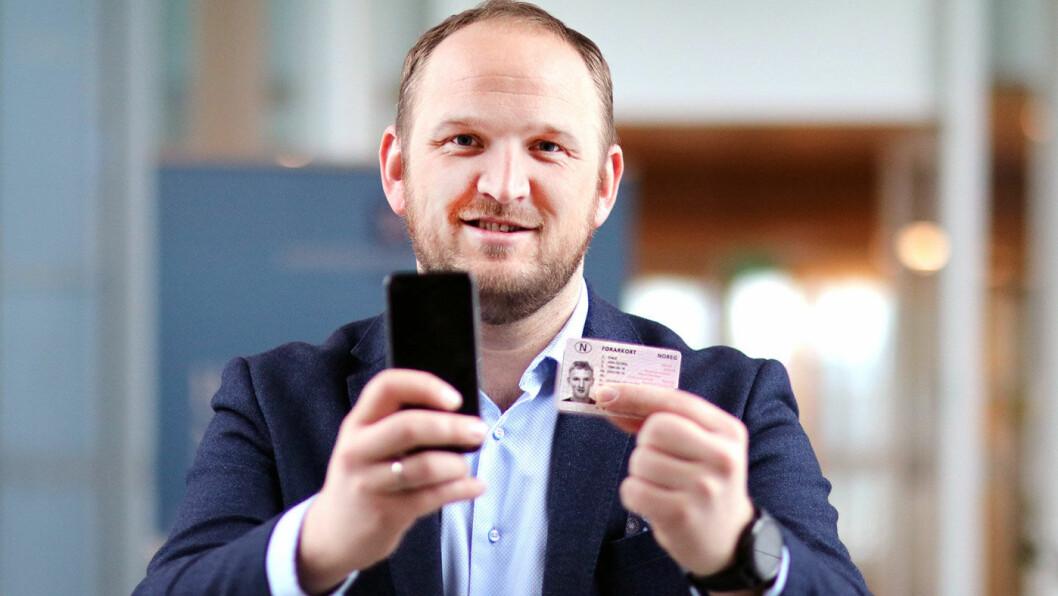 LOGGER PÅ: Samferdselsminister Jon Georg Dale håper han snart kan la mobilen erstatte det fysiske førerkortet. Foto: Tor Midtbø/Samferdselsdepartementet