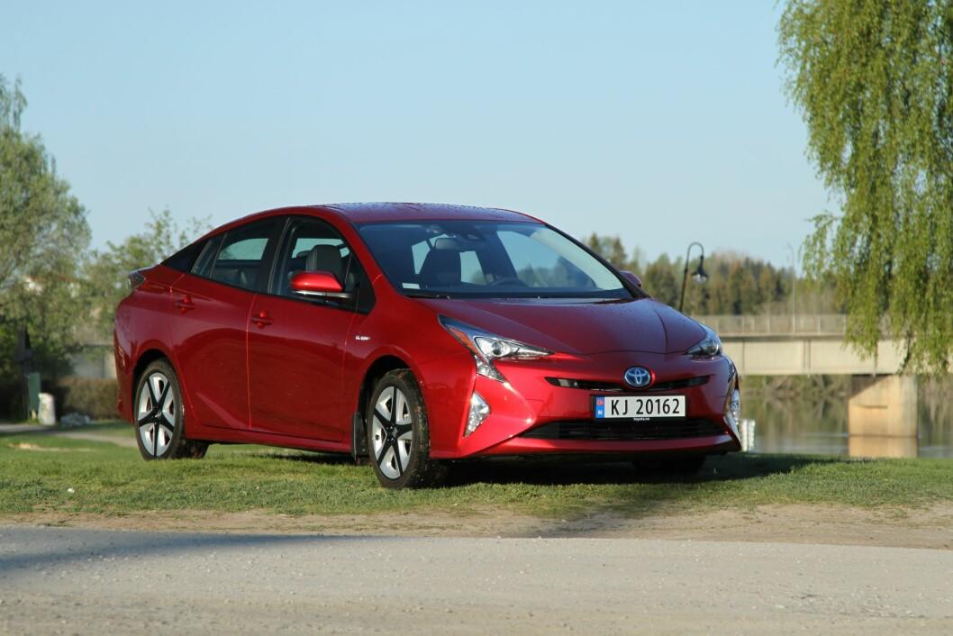 GJERRIG OG LETTKJØRT: Nye Toyota Prius er den gjerrigeste bensinbilen vi har kjørt her hjemme.  Til høsten kommer en ladbar utgave som kan kjøre 40-50 kilometer på strøm. Foto: Rune Korsvoll