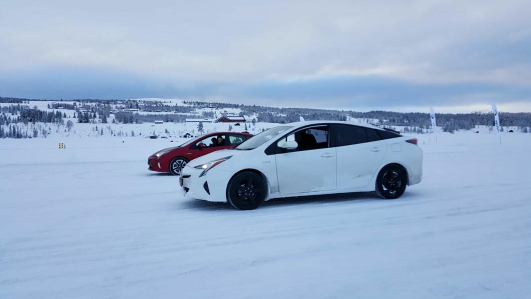 HEMMELIG TEST: Her er en hvit Prius med høyreratt ute og tester firehjulsdriften under norske forhold på Golsfjellet.