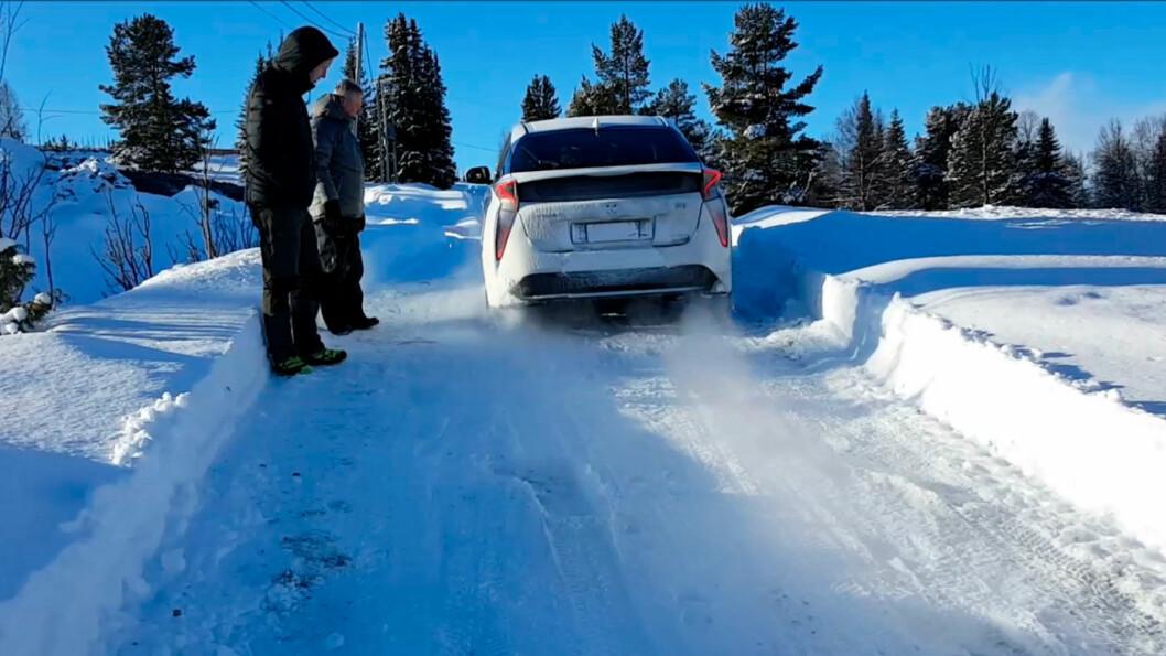 OBSERVERES: Teknikere sjekker hvordan Priusen tar seg fram på norske vinterveier.