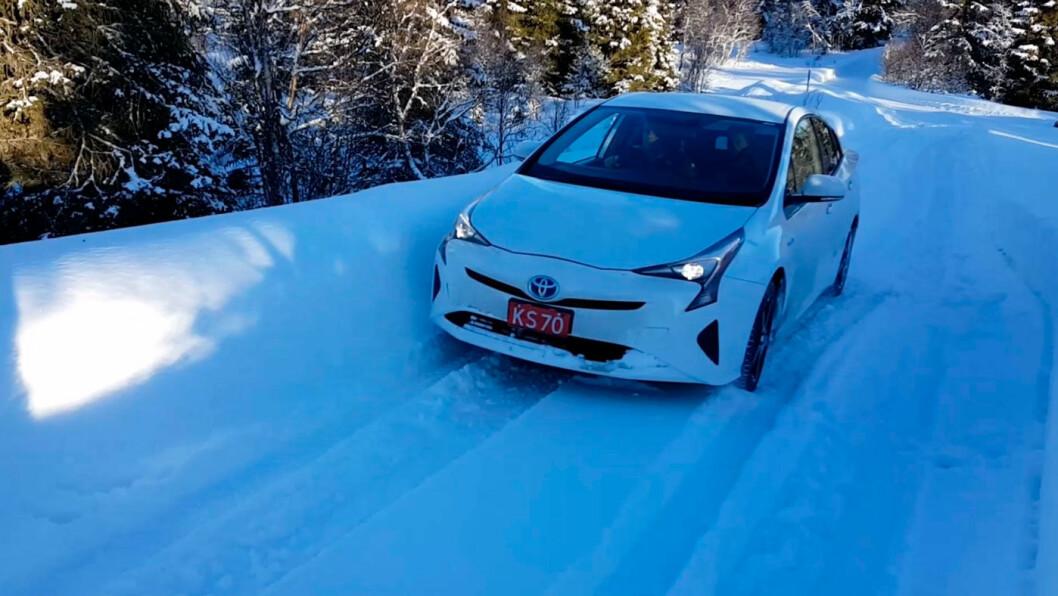 OVERBEVISENDE: Nye Toyota Prius kom seg godt fram på krevende norsk vinterføre.