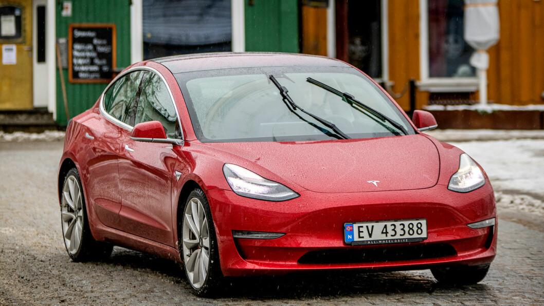 STIGER I PRIS: Tesla gir ikke akkurat betryggende signaler til markedet. Nå stiger bilene i pris igjen, bare to uker etter at for eksempel en Tesla Model 3 fikk en reduksjon i nybilprisen på 30-50.000 kroner. Foto: Tomm W. Christiansen