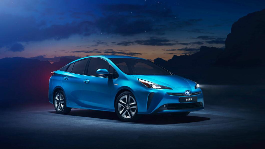 FACELIFT: I forbindelse med lanseringen av firehjulsdrift, har Prius fått litt endrede lykter foran og bak.