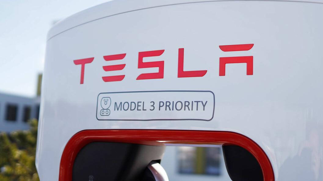 KLAR MELDING: Her på Stjørdal og på flere andre ladestasjoner til Tesla er Model 3 prioritert i ladekøen. Foto: Per A. Moan/Stjørdal foto