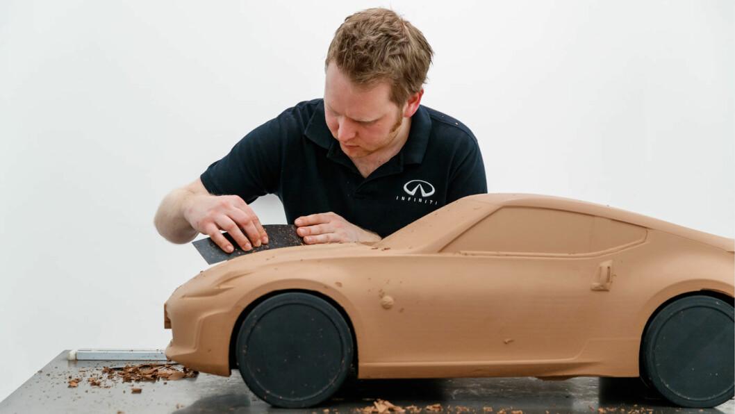HÅNDVERK: Selv om nye biler er høyteknologi, bruker bilprodusentene fortsett leire i prosessen med å designe nye biler. Michael Ledger lager vanligvis bilene i fullformat – med en drøy centimeter leire i et ytterste lag. – Leire gir modellen liv, sier han. Foto: David Shepherd