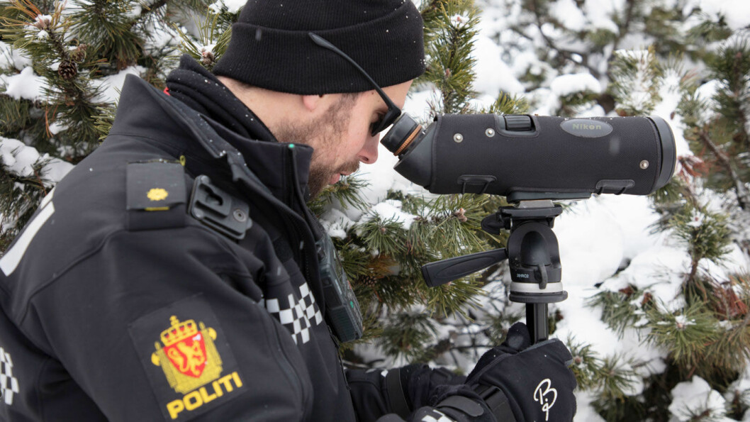 STJERNEKIKKERT: Politibetjent Eirik Petterøe får med seg det meste med den kraftige kikkerten under en kontroll i Lillehammer i vinter. I flatt lys er det mer krevende. Derfor bruker Petterøe solbriller. Foto: Geir Olsen