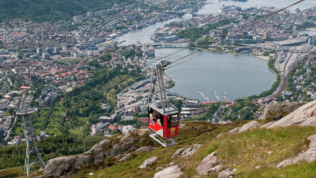 GÅ VIDDEN: Turen mellom Fløyen og Ulriken med utsikt over Bergen, er en populær fjelltur. Stien er merket, og de 15 kilometerne tar omlag 5 timer å gå. Foto: CH - Visitnorway.com