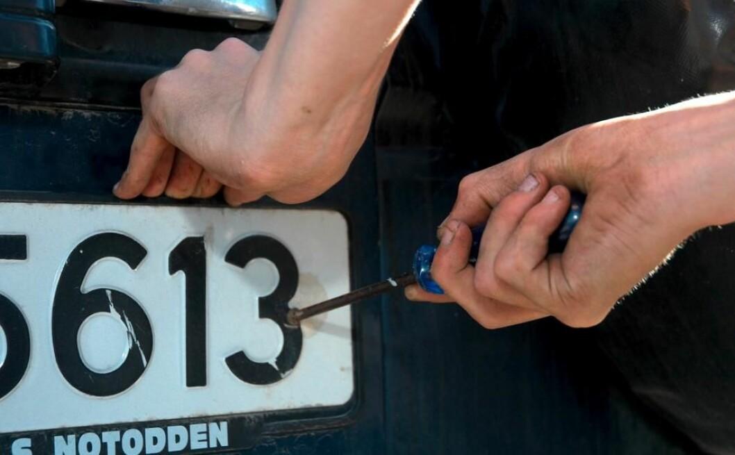 GÅ TIL POLITIET: Meld fra til politiet med en gang dersom skiltene på bilen din blir stjålet. Hvis ikke kan du risikere å få tilsendt bøter, bompengekrav og annet.