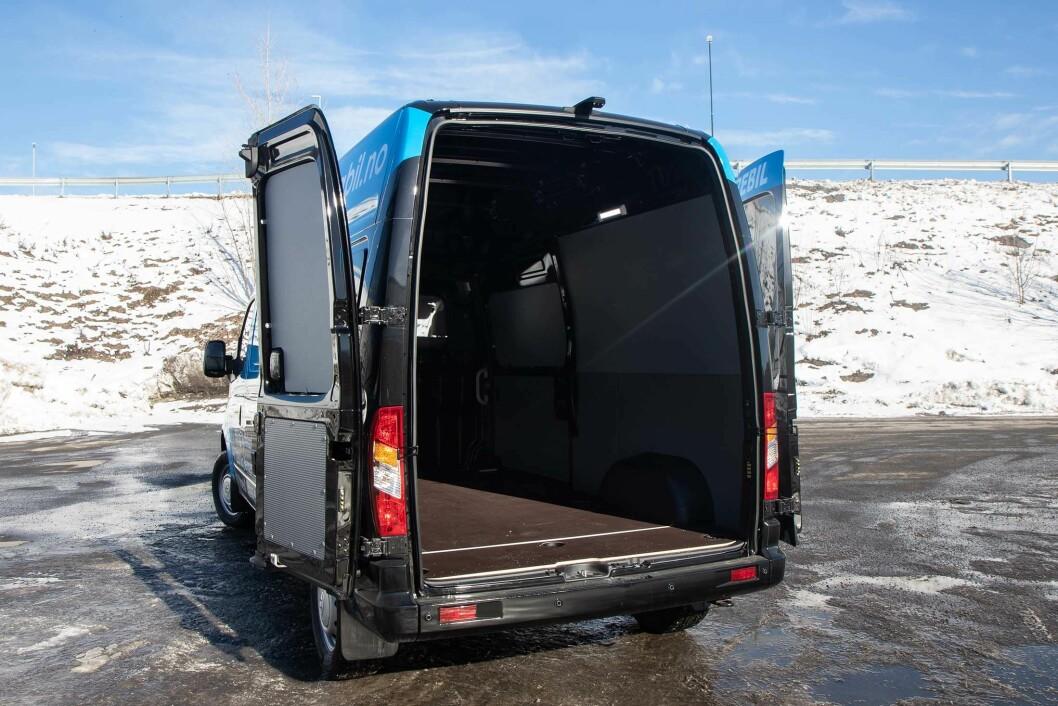 NYTTELAST PÅ 950 KILO: Dørene bak kan vendes helt rundt og man får plass til en europall mellom hjulbuene.
