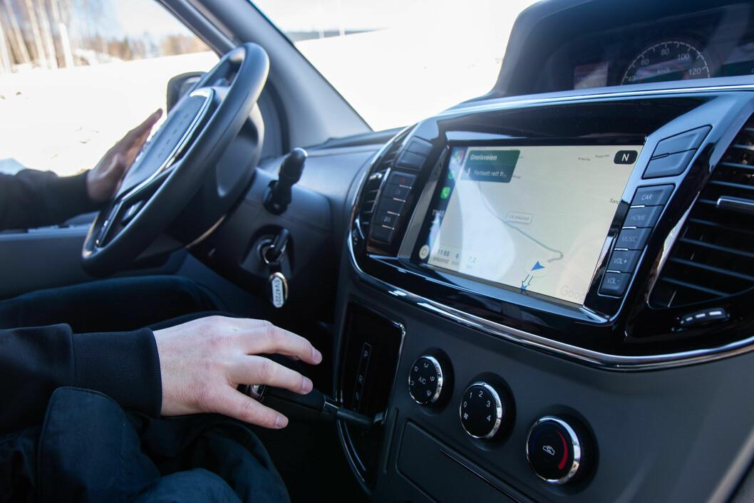 COCKPIT: Maxus har tre seter og godt med plass i førersetet. Skjermen er enkel å manøvrere med både navigasjon, radio eller musikk.