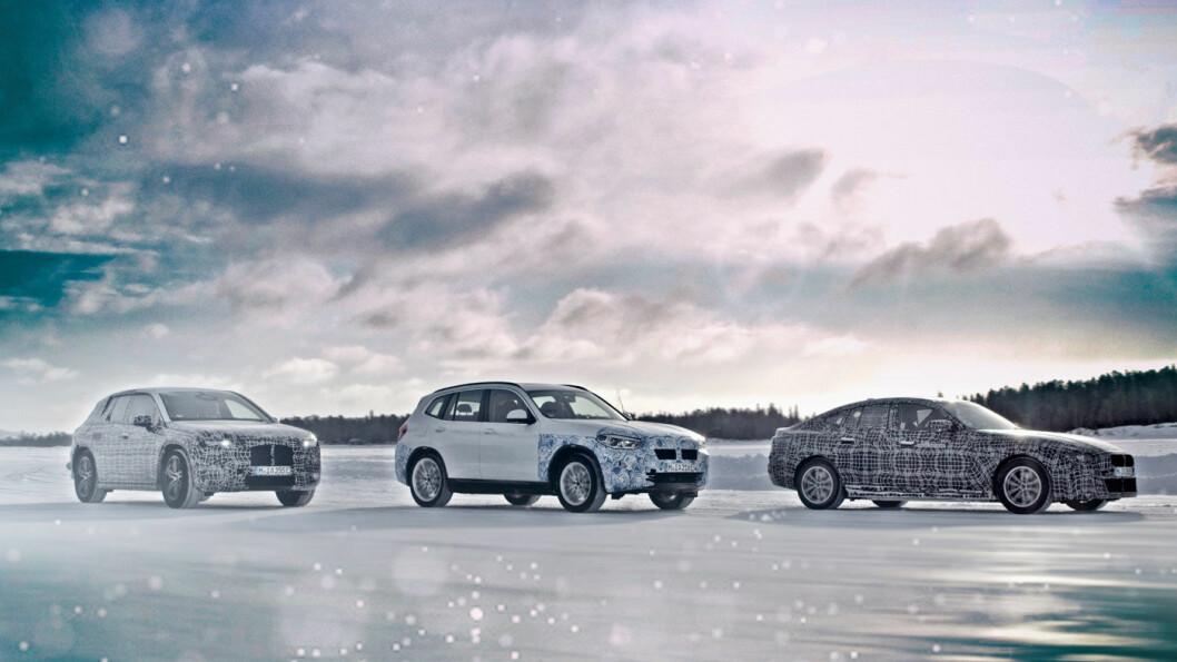 ISKALDT: Her er de tre nye elbilene fra BMW under vintertesting langt nord i Sverige. Fra venstre: iNext, iX3 og i4. Foto: BMW