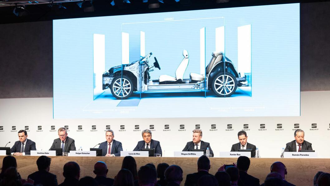 NY PLATTFORM: Her er SEATs nye plattform som skal gi muligher til å lage billige elbiler. Og hvis du forresten tror bilbransjen er full av menn i dress, så vit at det var enda flere på begge sider av podiet som ikke fikk plass på bildet… Foto: SEAT