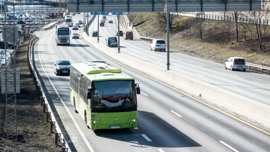 TETT: Her på E18 ved Sandvika inn mot Oslo er det ekstra tett med elbilister, og yrkessjåførene opplever daglig farlige situasjoner.