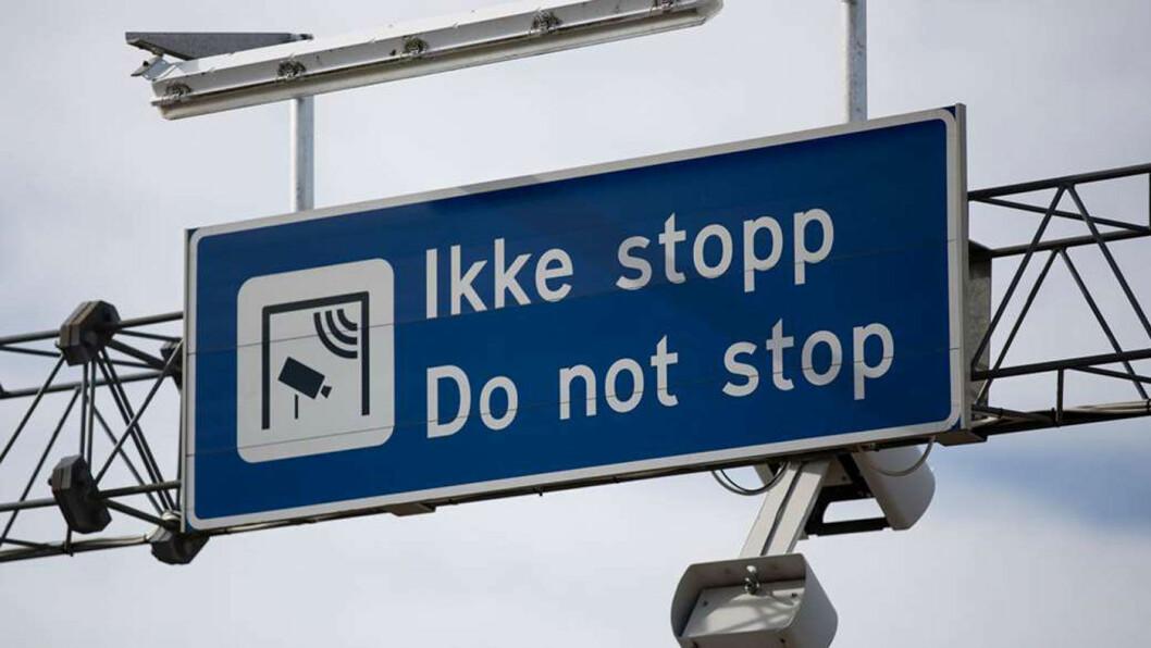 KJØR PÅ: Tekniske vanskeligheter gjør at bilister faktisk kan spare litt penger de nærmeste månedene i en del av bommene i Oslo og Bergen. Foto: Espen Røst