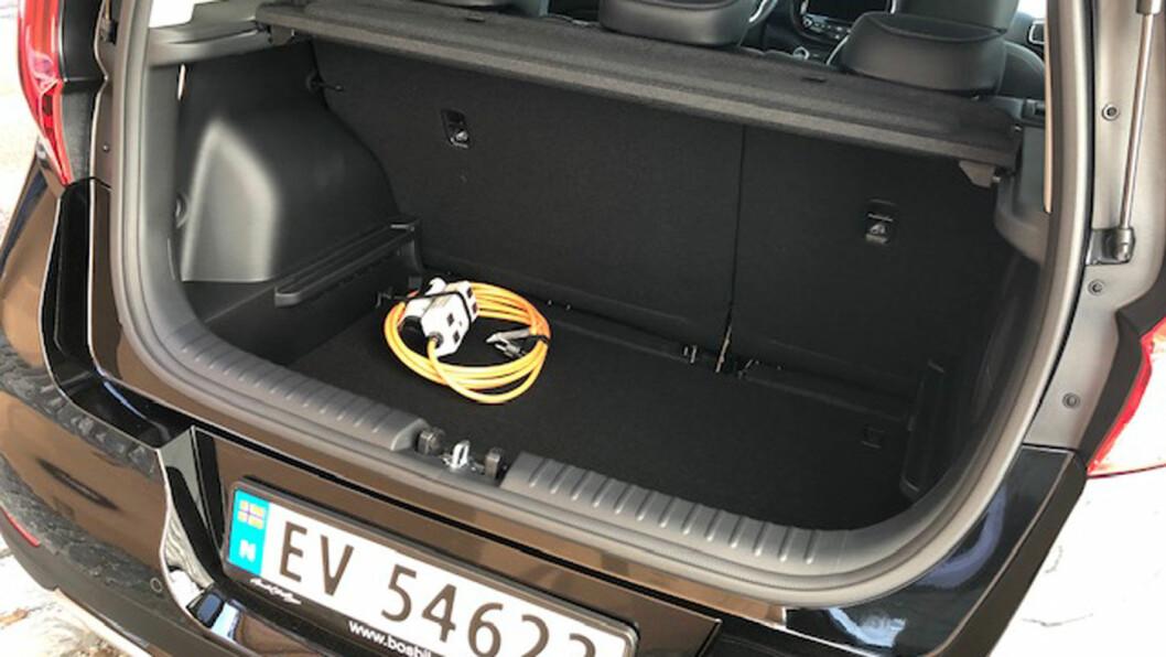 STØRRE: Bagasjerommet er nå på 315 liter. Det er 35 liter mindre enn en e-Golf. Men tillatt taklast på 100 kilo hjelper mye.