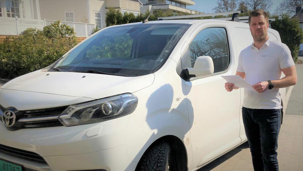 FIKK IKKE VITE: Den hvite Toyota-varebilen har vært kondemnert. Men det fikk ikke bilkjøper Lasse Marcussen vite, selv ikke da han spurte bilselgeren direkte. Foto: Privat