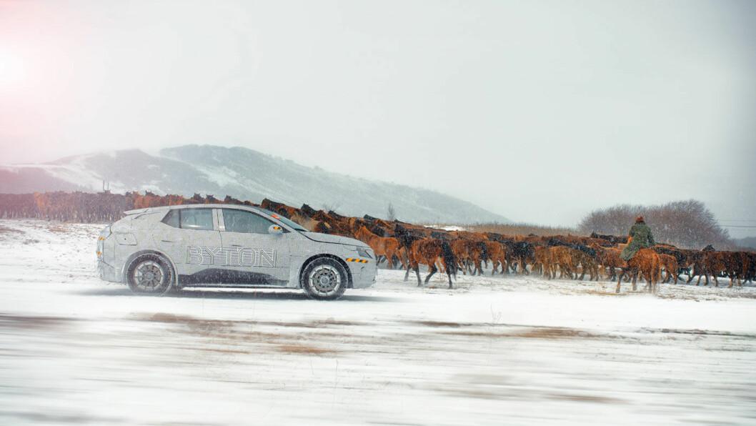 HOPPLA: Byton M-Byte under test i svinekalde omgivelser med villhester som publikum i Indre Mongolia nord i Kina.