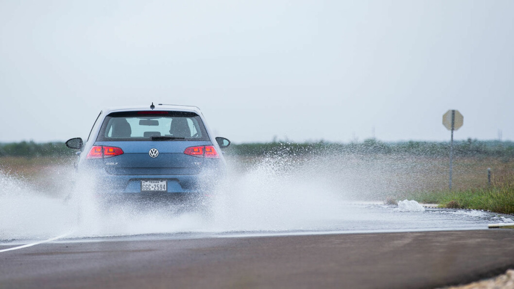 FARLIG, FARLIG…: Til tross for ekspertenes advarsler, fortsette mange nordmenn å kjøre rundt på piggfrie vinterdekk når vinteren er over. Foto: Niklas Carle