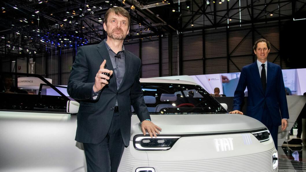 HOSTER OPP: FCA-sjef Mike Manley (t.v.) og Fiats styreformann John Elkann, her under årets Genève-utstilling, legger milliardbeløp på bordet for et samarbeid med Tesla. Foto: FCA