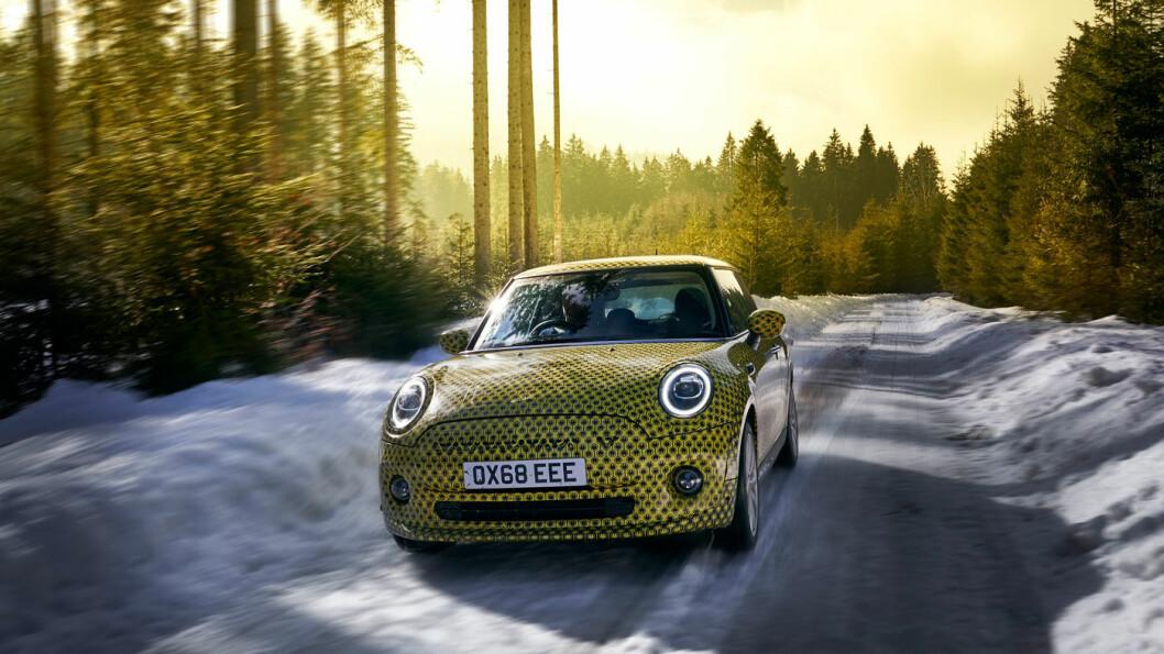 NÆRMER SEG: Den elektriske versjonen av ikonet Mini kan nå reserveres, men tekniske spesifikasjoner er foreløpig hemmeligholdt. Her er elektriske Mini Cooper SE under testkjøring på svenske vinterveier.