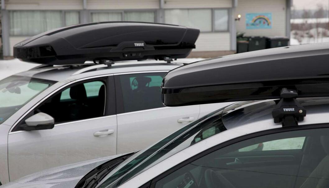 """<span class="""" font-weight-bold"""" data-lab-font_weight_desktop=""""font-weight-bold"""">TUNG LAST: </span>Takboksen gir et betydelig vektpåslag på bilen, og endrer også kjøreegenskapene. Men mange biler har ikke angitt lovlig taklast i vognkortet."""