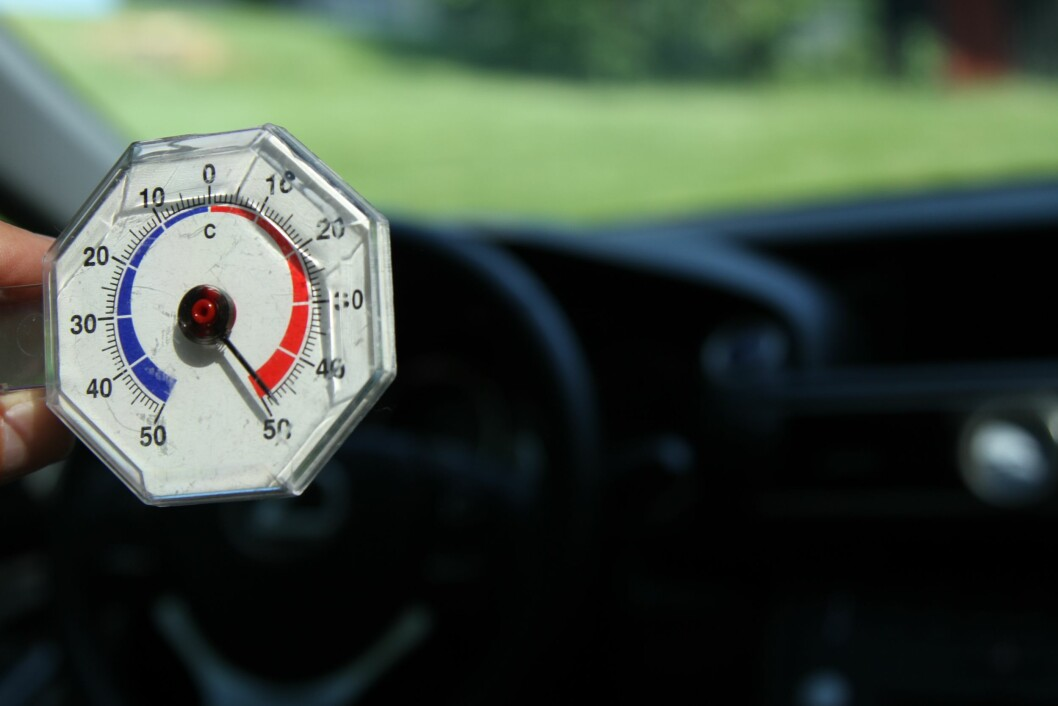 50 GRADER: I løpet av 15 minutter i sola var temperaturen 50 grader inne i bilen. Foto: Rune Korsvoll