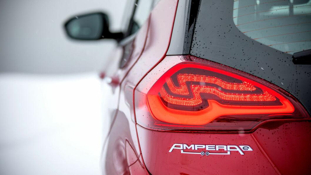KONKURRANSEKLAR: Snart kan du se disse baklyktene ganske mye oftere, for Opel Ampera-e er blitt 40.000 rimeligere. Det gjør den plutselig konkurransedyktig igjen. Foto: Tomm W. Christiansen