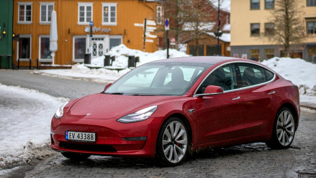 ALPE-SLAGER: Med Tesla Model 3-tallene i mars er for første gang en elbil mestselgende modell i Sveits. Foto: Tomm W. Christiansen