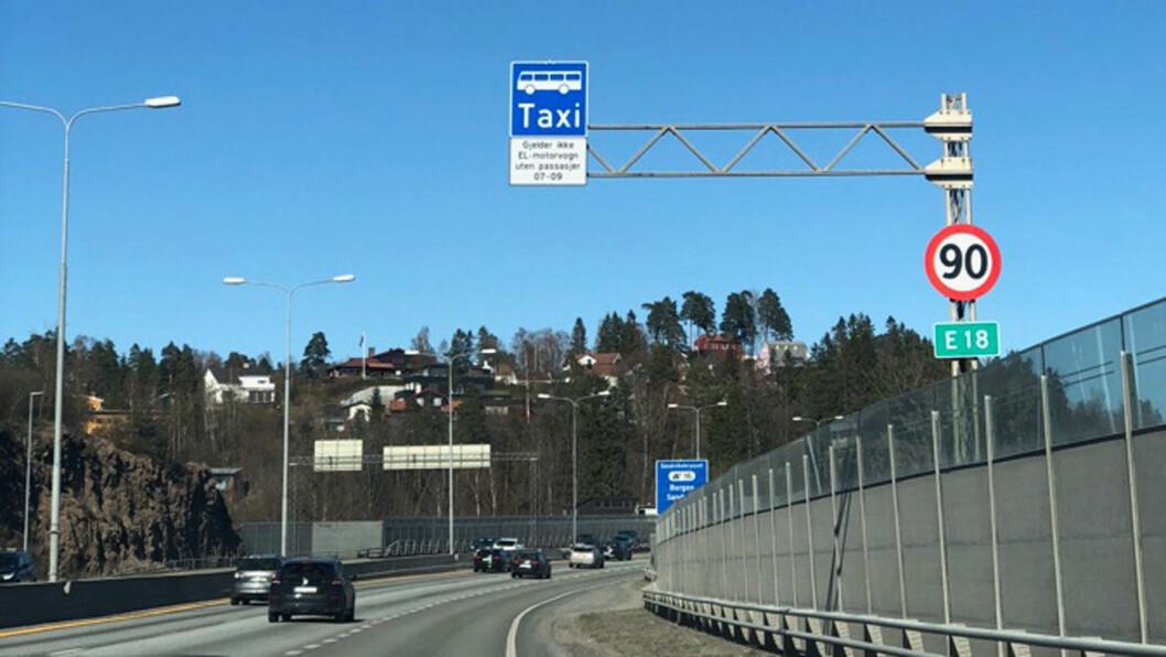 NYTT SKILT: Før påske ble det innført innskjerpelser i elbilenes adgang til kollektivfeltet på E18 vest for Oslo. Foto: Martha Schøyen Raaum