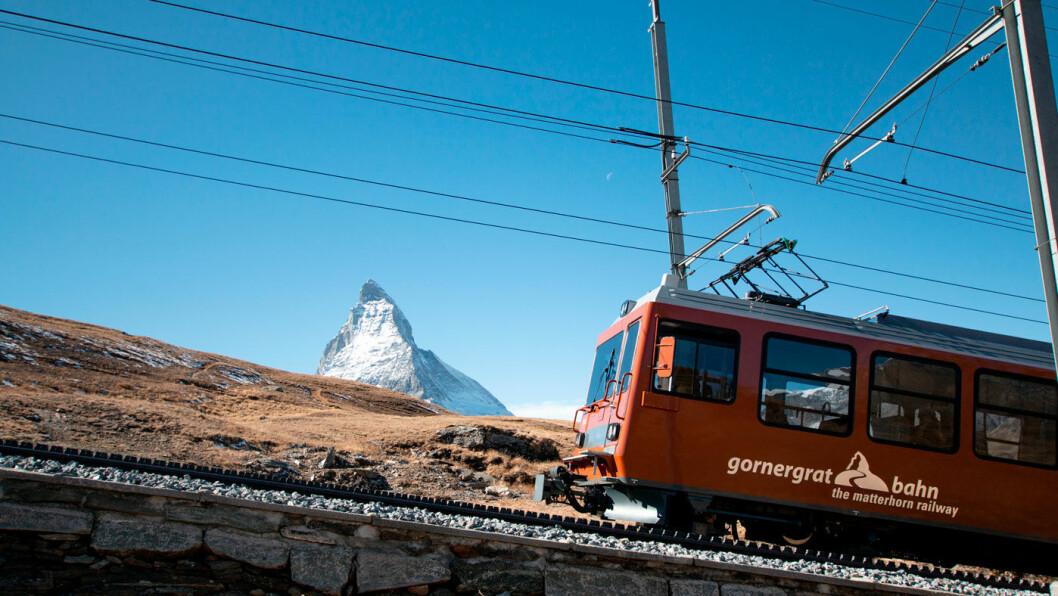 UTSIKT MOT MATTERHORN: Med toget Gornergrat Bahn, Europas høyeste jernbane i friluft, kommer man nærmere Matterhorn. Foto: Peter Raaum