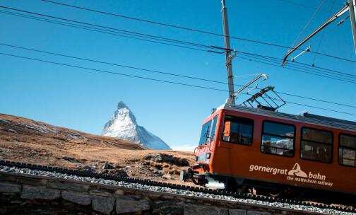 Med tog i de fantastiske fjellene i Sveits