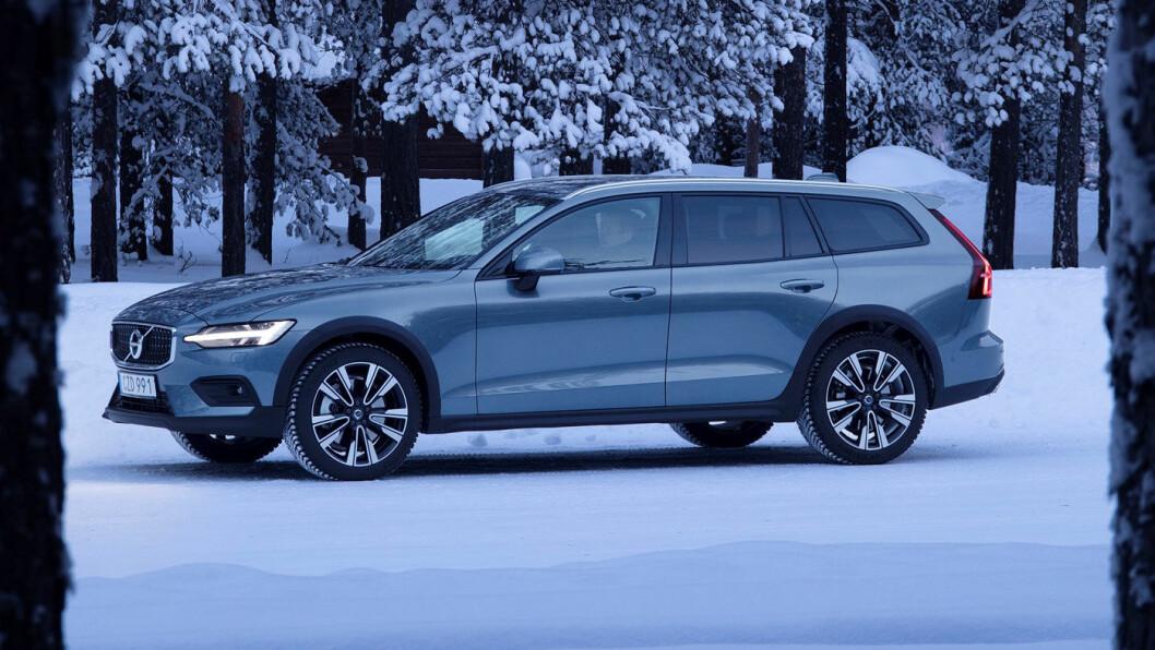 HØYERE: Volvo V60 Cross Country har firehjulsdrift, kledelige SUV-effekter og 21 centimeter bakkeklaring. Det gjør den ellers så elegante bilen litt røffere, men minst like lekker som før. Foto: Øivind A. Monn-Iversen