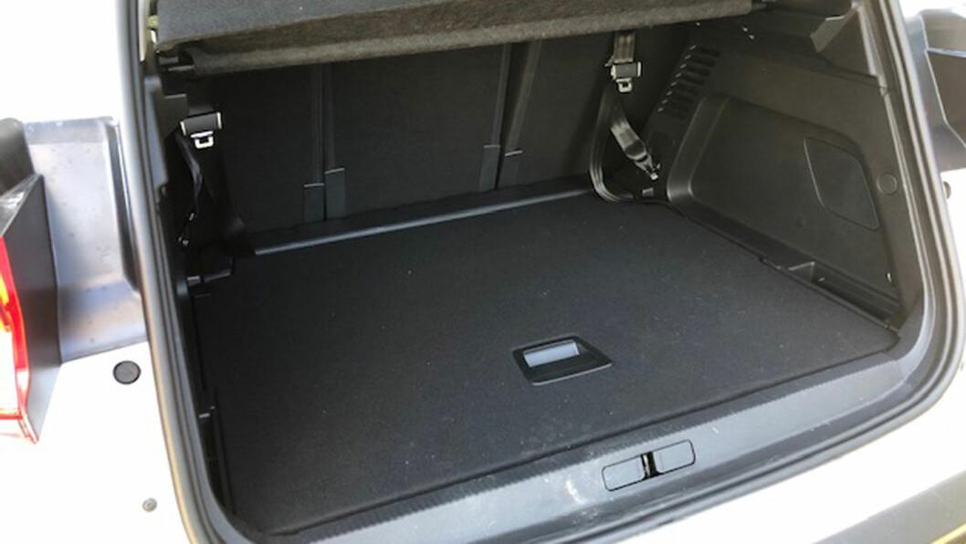 BRA PLASS: Bagasjerommet har et volum på 580 liter som femseter, i tillegg kan baksetet (over) justeres separat i tre deler.