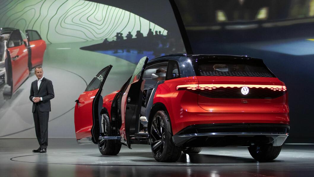 ROMMET UTVIDES: Denne bilen er bare to år unna. VW-sjefen Herbert Diess viste fram SUV'en I.D. Roomzz i forkant av Shanghai-utstillingen.