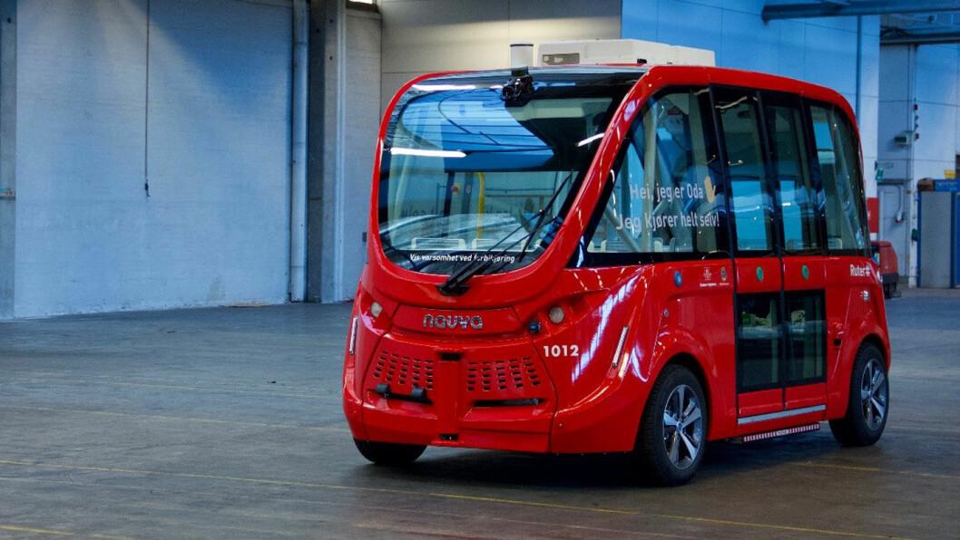 IKKE FEILFRI: I fjor sommer ble det satt inn to selvkjørende busser til å frakte badegjester til stranda på Fornebu i Bærum. Nå har Ruter evaluert prosjektet. Foto: Jannie/Autonomous Mobility