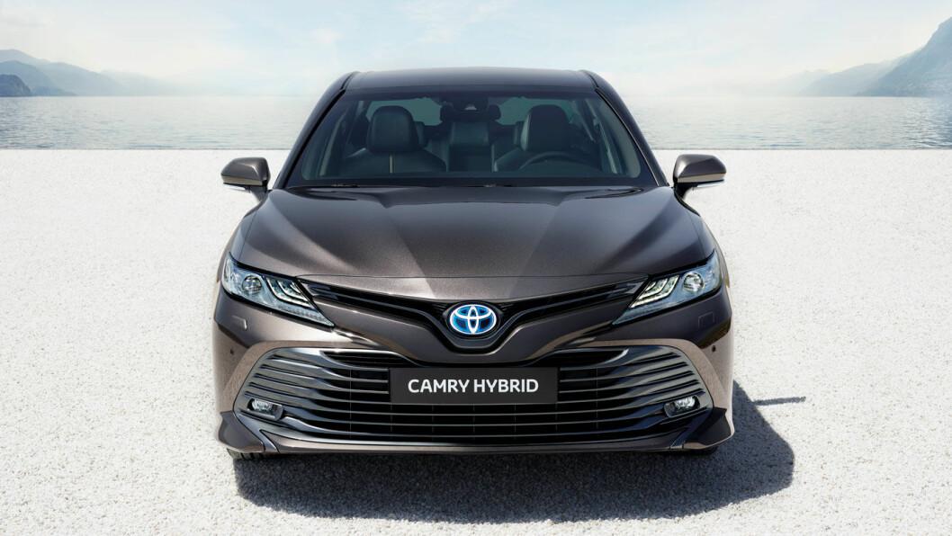 ELEGANT: Forfra synes vi Toyota har lykkes godt med designet på nye Camry. Hekken blir mer anonym.