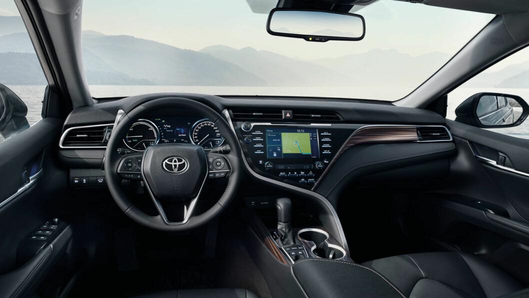 TYPISK: Disse linjene og instrumentene kjenner vi igjen fra Toyota/Lexus-universet. Kvalitetsfølelsen er bra.De færreste nye biler leveres med CD-spiller, men Camry er nok myntet på litt eldre, konservative kjøpere.