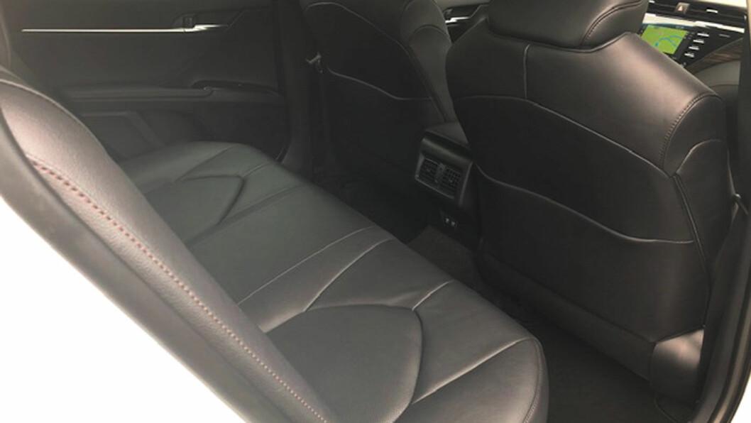 TAXI-PLASS: Camry har klasseledende beinplass i baksetet, og blir garantert en populær taxi.