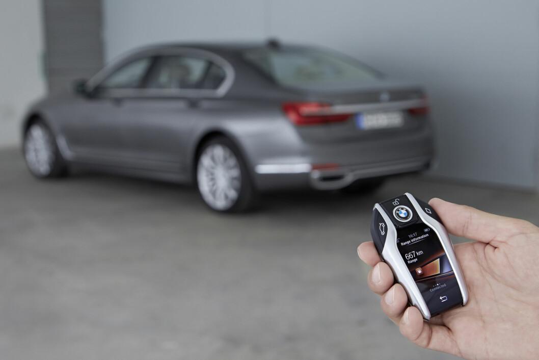 SMART NØKKEL: Med en liten berøring av nøkkelen, kjører  bilen pent og rolig inn og ut av parkeringsplassen. Foto: BMW