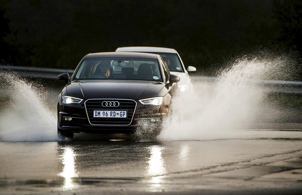 KRITISK: Våt asfalt er det mest kritiske underlaget for sommerdekk. Det er stor forskjell på de beste og dårligste dekkene, viser Motors test Foto: Lasse Allard
