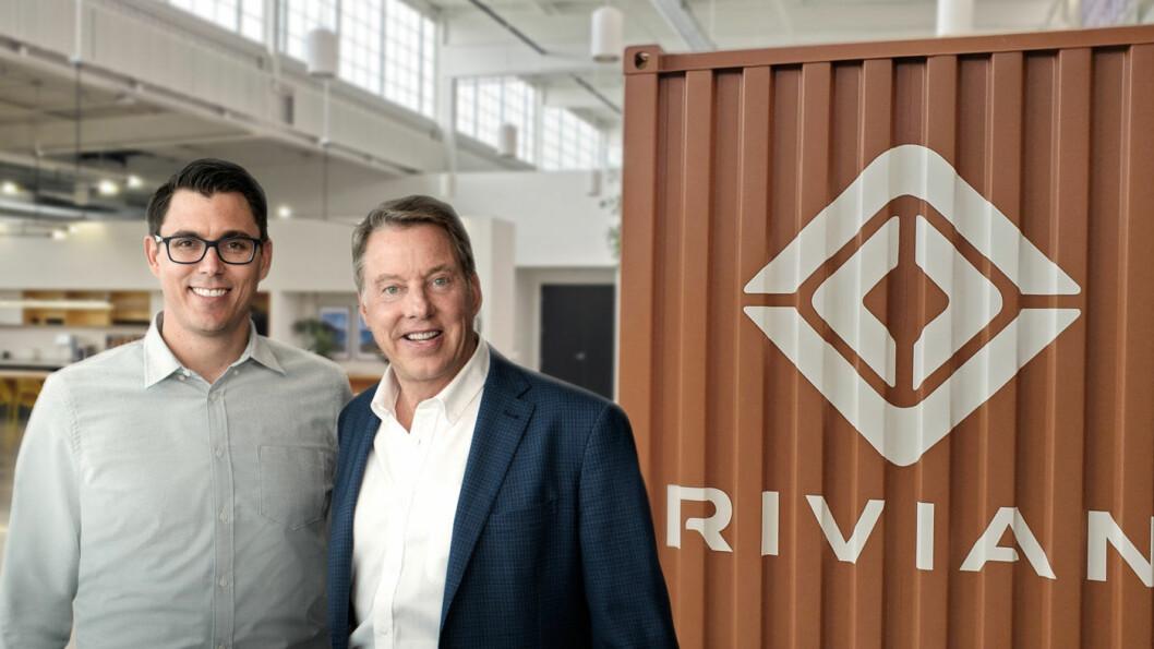 TEAMER OPP: Rivian-gründeren RJ Scaringe (t.v.) og Bill Ford, styreleder i Ford Motor Company, varsler et samarbeid som blant annet innebærer at det kommer en hel serie elektriske Ford-modeller på Rivians plattform.